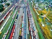 Pousse aérienne des voies de chemin de fer avec un bon nombre de chariots Photographie stock libre de droits