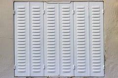Pousse avant de barre de fenêtre verte traditionnelle en métal dans le village turc images stock