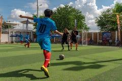 Pousse cambodgienne de joueur la boule pendant le tournoi du football image libre de droits