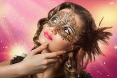 Pousse de beauté de femme futée de brune dans le masque de carnaval Images stock