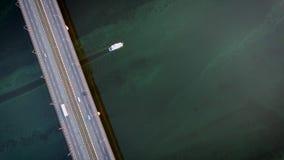 Pousse de bourdon du bateau blanc sur la rivière de fleur banque de vidéos