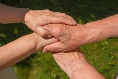 Pousse de concept de l'amitié et de l'amour entre le vieil homme, femme Image stock