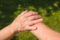 Pousse de concept de l'amitié et de l'amour entre le vieil homme, femme Photos libres de droits