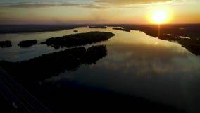 Pousse de coucher du soleil de bourdon de rivière et de pont clips vidéos