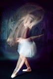 Pousse de danseur de ballet dans le mouvement Photographie stock libre de droits