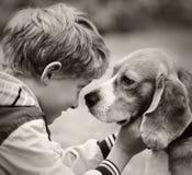 Pousse de film de vintage de portrait de garçon et de chien Image libre de droits