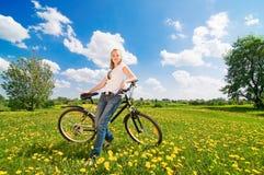 Pousse de jeune femme avec la bicyclette Photos libres de droits