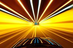 Pousse de la fenêtre de la voiture de précipitation, lumière de steet de tache floue de mouvement Image libre de droits
