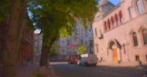 Pousse de paysage urbain de ville avec le trafic de véhicule pendant la journée chaude d'été avec le foyer brouillé banque de vidéos