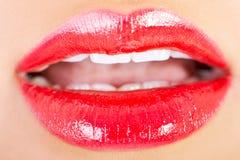 Pousse de plan rapproché de belles lèvres de femme avec le rouge à lèvres rouge Photo stock