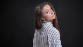 Pousse de plan rapproché du jeune mannequin femelle caucasien attrayant posant de la vue arrière avec le fond d'isolement images libres de droits