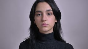 Pousse de plan rapproché du jeune modèle femelle caucasien attrayant posant devant la caméra banque de vidéos