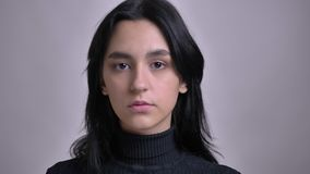 Pousse de plan rapproché du jeune modèle femelle caucasien renversant posant dans l'OD avant la caméra avec le fond d'isolement banque de vidéos