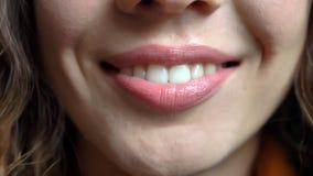 Pousse de plan rapproché de jeune joli visage femelle caucasien avec les lèvres tendres souriant heureusement directement devant  photo stock