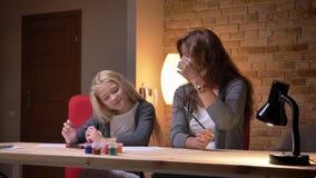 Pousse de plan rapproché de jeune mère caucasienne et de son rire de dessin de petite belle fille et de passer le temps ensemble  clips vidéos