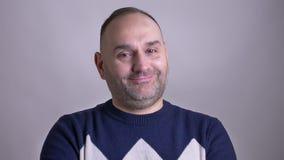 Pousse de plan rapproché de l'homme barbu caucasien adulte souriant et inclinant la tête sa tête dans la marque de l'accord clips vidéos