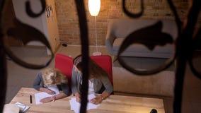 Pousse de plan rapproché de petite jolie fille et sa jeune de mère caucasienne réunissant à la maison confortable à l'intérieur banque de vidéos