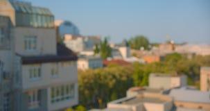 Pousse de vue aérienne des rues urbaines de ville pendant la journée chaude d'été avec le foyer brouillé banque de vidéos