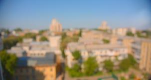 Pousse de vue aérienne de ville urbaine pendant la journée chaude d'été avec le foyer brouillé clips vidéos