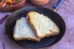 Pousse en gros plan de pain fait maison traditionnel sur la poêle à frire images libres de droits