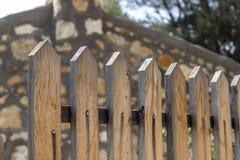Pousse en gros plan de perspective de vieilles barrières en bois pour le jardin avec le fond trouble photographie stock libre de droits