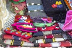 Pousse en gros plan des portefeuilles faits main colorés turcs traditionnels faits par le feutre images libres de droits