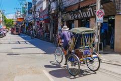 Pousse-pousse entraînant une réduction une route dans Chiang Mai du centre images libres de droits
