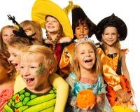 Pousse grande-angulaire drôle des enfants dans des costumes Image libre de droits