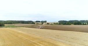 Pousse large de tracteur travaillant au champ agricole banque de vidéos