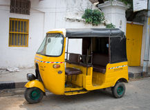 Pousse-pousse automatique sur la rue dans Pondicherry, Inde Photos stock