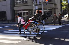 Pousse-pousse d'Asakusa avec un touriste et l'extracteur Photographie stock