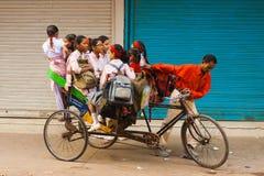 Pousse-pousse de cycle de transport de filles d'école Inde Photographie stock libre de droits