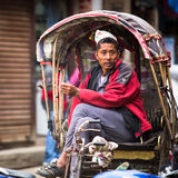 Pousse-pousse de Nepali au centre historique de la ville La plus grande ville du Népal, son centre historique, une population de  Photographie stock libre de droits
