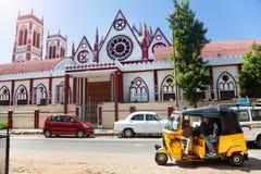 Pousse-pousse et église automatiques dans Puducherry Photographie stock libre de droits