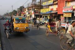 Pousse-pousse et cycliste sur la rue Photos libres de droits