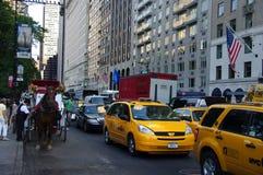 Pousse-pousse et limousine de taxi de chariot à New York City images libres de droits