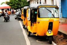 Pousse-pousse jaunes, tuk de tuk dans l'Inde Photos libres de droits