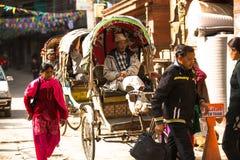 Pousse-pousse non identifié de nepali au centre historique de la ville, à Katmandou, le Népal Photographie stock libre de droits