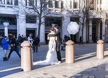 Pousse professionnelle de mariage de photographe de jeunes mariés près de la cathédrale de St Paul, Londres, R-U Photos stock