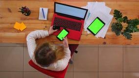 Pousse supérieure de plan rapproché du jeune employé caucasien faisant des emplettes en ligne au téléphone utilisant la carte de  clips vidéos