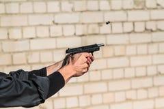 Pousses d'homme de l'arme à feu Photographie stock libre de droits