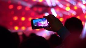 Pousses d'homme sur le concert de téléphone banque de vidéos