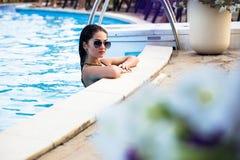 Pousses de mode dans un maillot de bain par la piscine Images stock