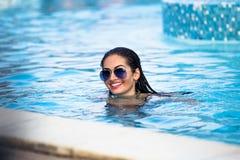 Pousses de mode dans un maillot de bain par la piscine Photographie stock