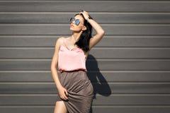 Pousses de mode sur la jolie fille de rue Photo libre de droits