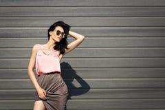 Pousses de mode sur la jolie fille de rue Photographie stock libre de droits