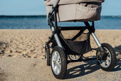 Poussette de bébé sur la plage photos libres de droits