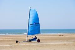 Poussette de navigation à la plage avec le ciel bleu photo libre de droits