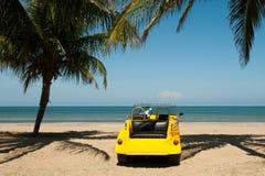 Poussette de plage à une plage tropicale Image libre de droits