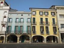 Poussette sous le portique en italien Piazza images stock